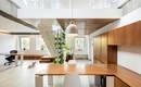 Уникальная стена с растениями в центре стильной квартиры-лофта