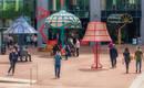 Спрятаться от дождя: гигантские торшеры на улицах города