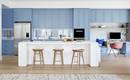 Нежный и светлый семейный дом с большой голубой кухней