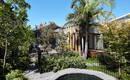 Уют загородного дома, созданный теплом и текстурой древесины