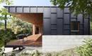 Черный цвет и дерево: прекрасный простой и экономичный дом
