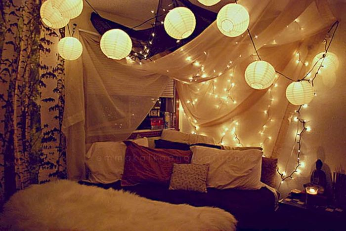 Источник фото: https://onekindesign.com/2013/12/13/66-inspiring-ideas-christmas-lights-bedroom/