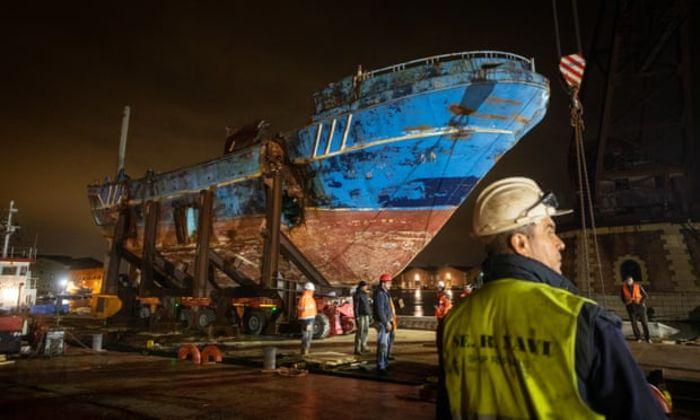 Корабль доставляется в Arsenale на Venice Biennale. Фото: David Levene/The Guardian