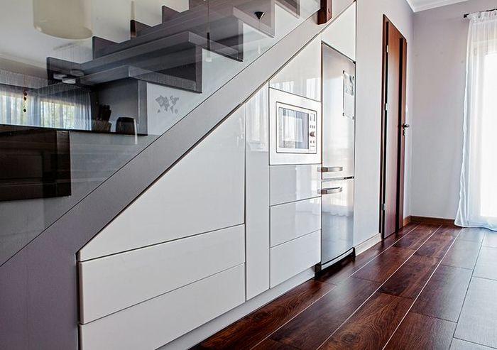 Кухня под лестницей.Фото: Max Kuchnie