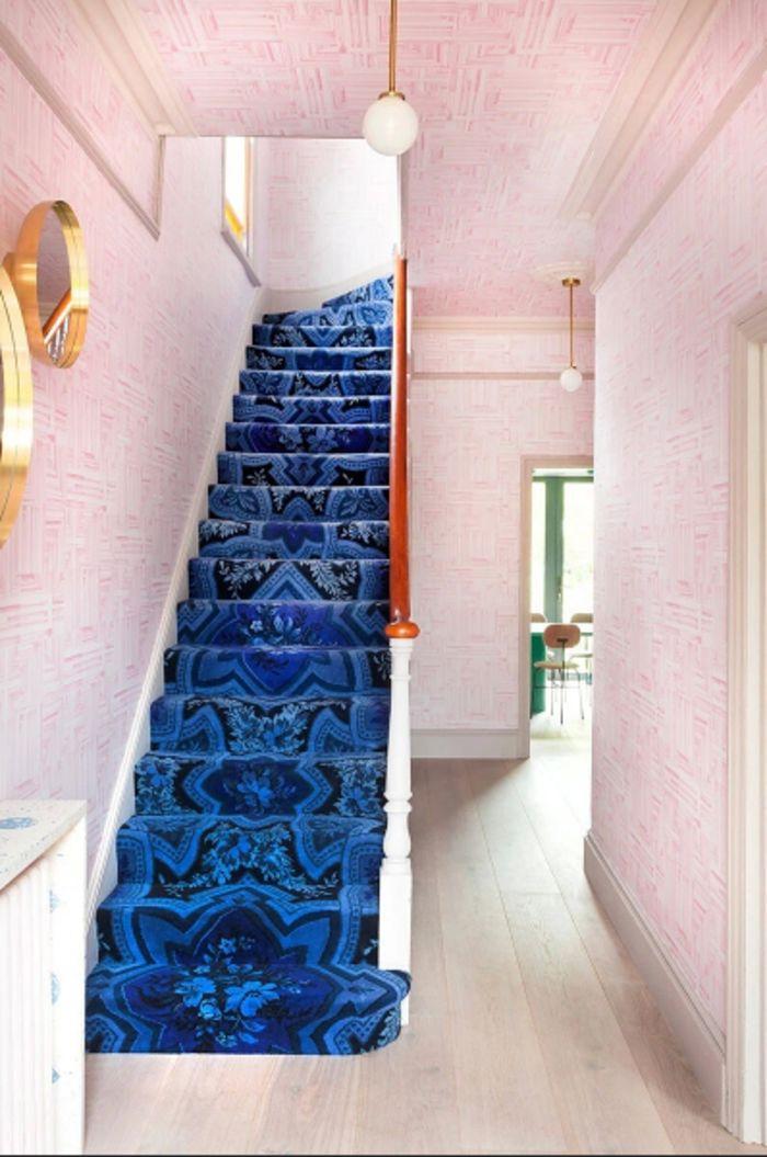 Ярко синяя лестницав интерьере. Фото: gabrielaconde.com