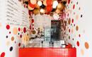 Симпатичная комбинация точек и шариков в декоре магазина мороженого