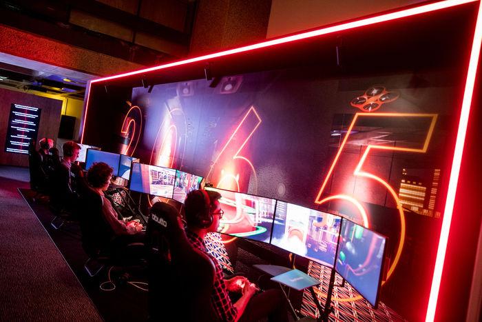 2065 год от Lawrence Lek позволяет посетителям исследовать воображаемое будущее, где люди играют исключительно в видеоигры