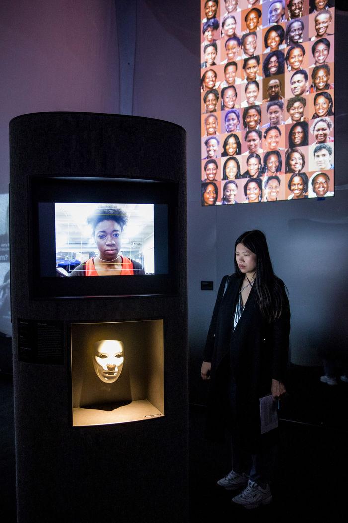 Работа Joy Buolamwini AI Ain't I A Woman исследует, как ИИ может дискриминировать этнические меньшинства