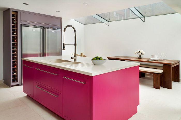 Розовые шкафы и фон для современной кухни. Источник фото: Canadian Home Style