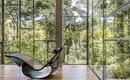 Впечатляющий дом для философа: стеклянный бокс в тропическом лесу