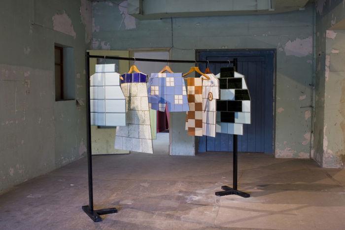 Скульптурные изображения одежды. Дизайн: Жанна Кадырова. Фото: FOAF Prague