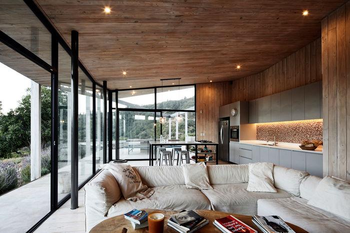 Угловой дом с террасами. Дизайн: Alvano y Riquelme Architects. Фото: Cristobal Palma