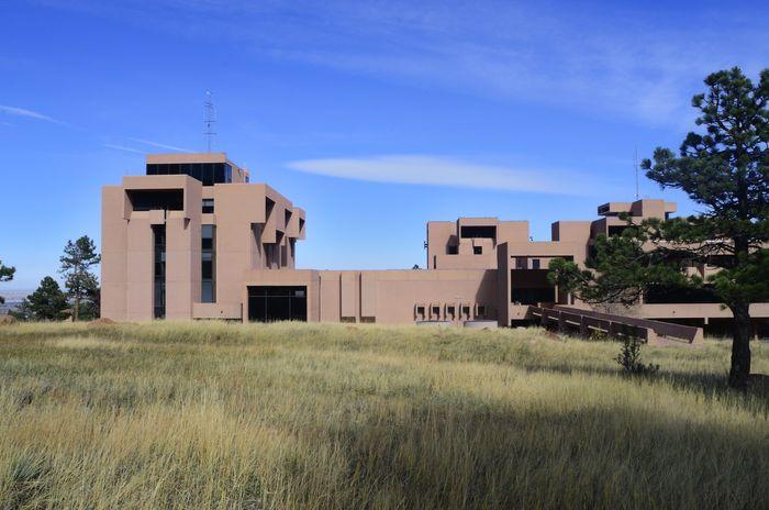 Национальный центр атмосферных исследований США, расположенный в Боулдере, штат Колорадо, был разработан И. М. Пей в 1967 году. Фото: Рон Ровтар / Alamy Stock Photo