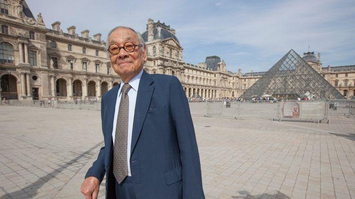 И. М. Пей стоит перед своей культовой пирамидой Лувра в Париже. Фото: alamy