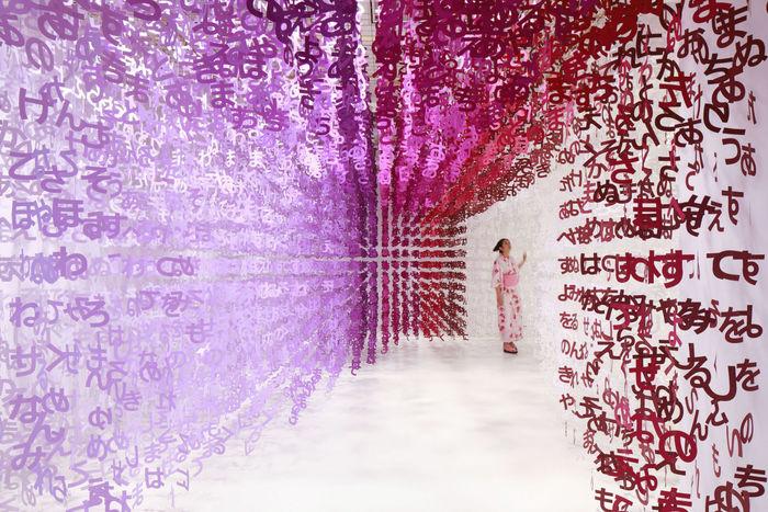 Инсталляции из японских символов. Художница Emmanuelle Moureaux