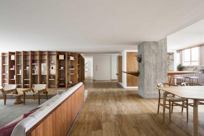 Квартира с изогнутой конструкцией полок. Бразильская студия Pascali Semerdjian Arquitetos. Фото: Ricardo Bassetti
