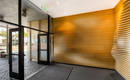 Проблемный вход в здание: интригующе красивая деревянная волна