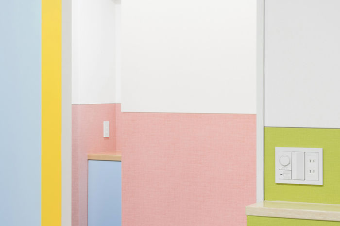 Дизайн: Adam Nathaniel Furman. Близость фактурных обоев к полуматовой пластиковой отделке стен создает тонкий и приятный контраст. Фото: Jan Vranovsky
