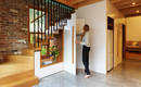 Нужная деталь – проем под лестницей для освещения пространства