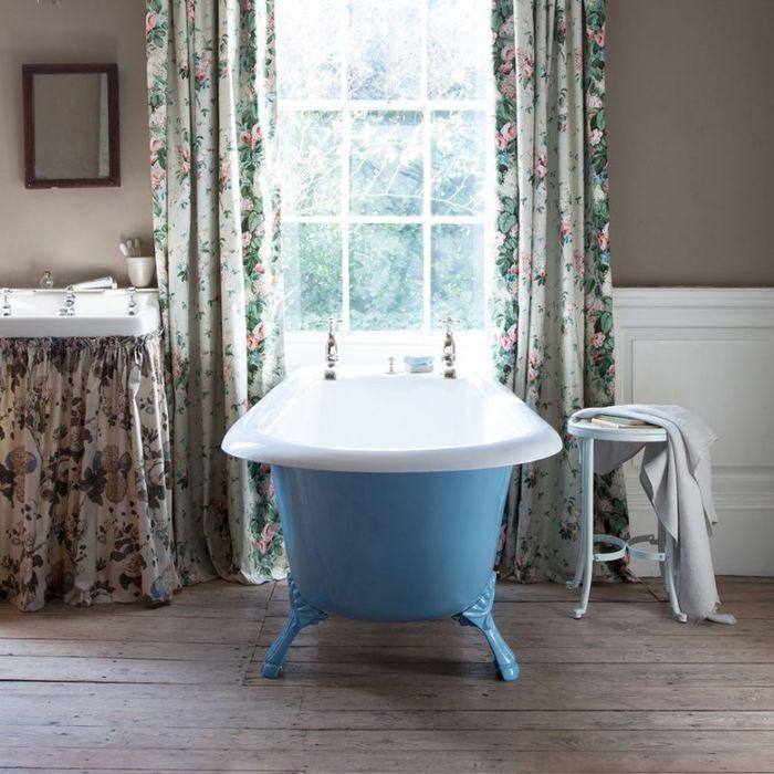 Цветы и синий в ванной. Фото: Katya de Grunwald