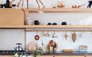 Практичный вид и аккуратность: открытые места хранения на кухне