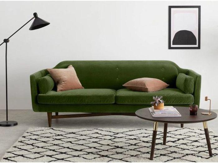 Зеленый бархатный диван для гостиной. Источник фото: Made.com