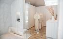 Интересная комбинация спальни, ванной и гардеробной в одном пространстве