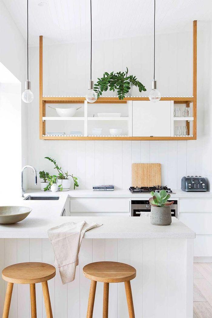 Перекраска кухни в белый цвет. Фото: John Downs