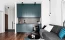 Элегантное сочетание цвета и теплого дерева в небольшой квартире