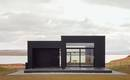 Тайна черного дома с небесно-светлыми интерьерами и большими окнами