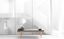 Минималистская квартира с прозрачными белыми интерьерами
