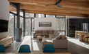 Небольшой дом в горах – дерево, стекло и уютные интерьеры