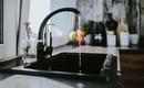 4 способа прочистить сток в раковине без сантехника