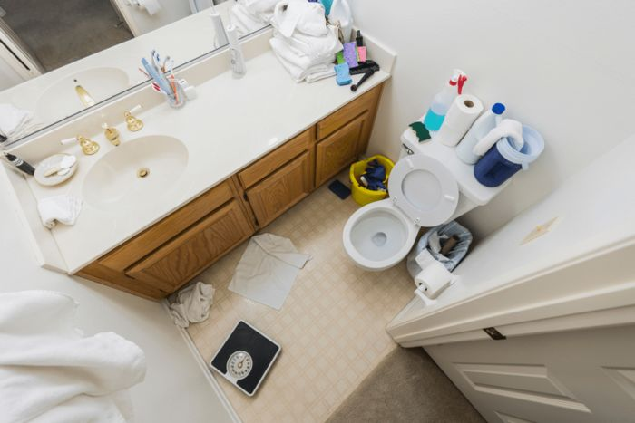 Источник фото: https://www.123rf.com/photo_106784801_messy-little-half-bathroom-with-dirty-towels-and-cleaning-clutter-.html