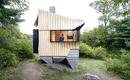 Деревянный домик без технологий на бетонных ходулях