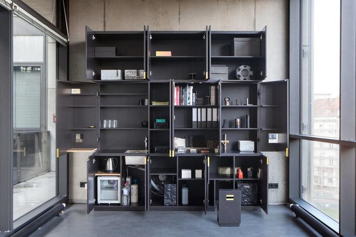 Офис в черном ящике