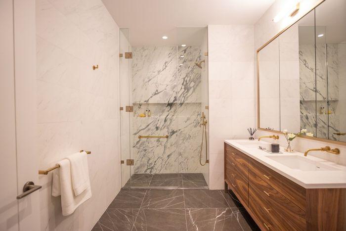 Роскошные материалы в ванной. Дизайн Rockefeller Group