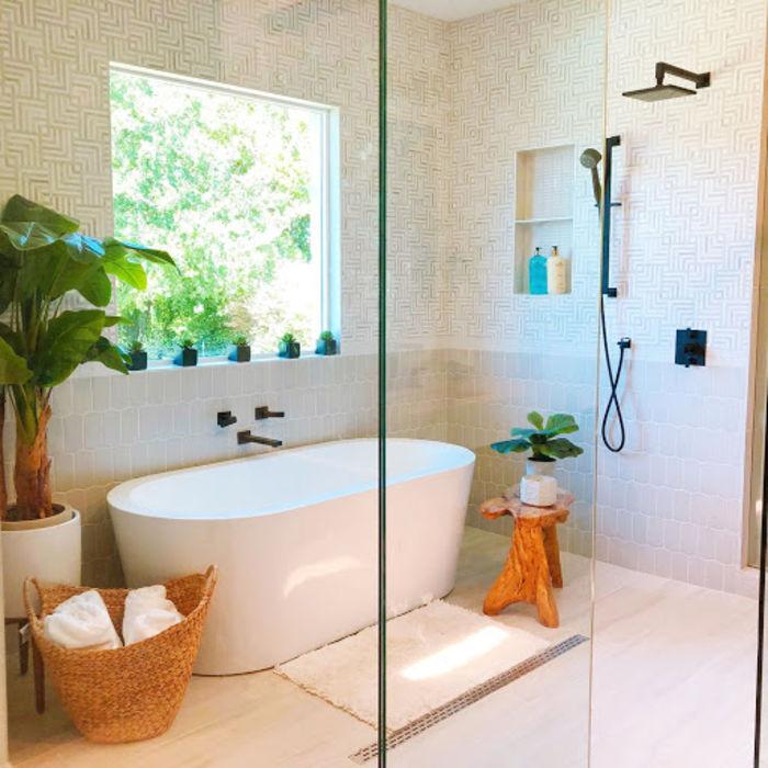 Ванная, облицованная геометрической плиткой