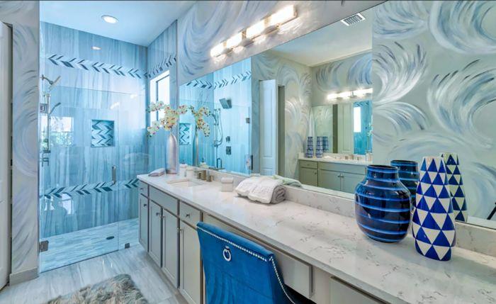 Ванная с голубыми вствками