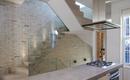 Стеклянная лестница определила стиль квартиры-лофта