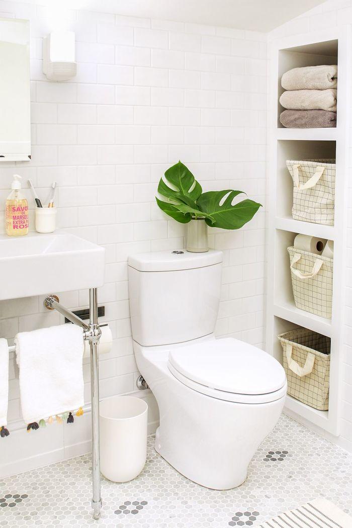 Стеллажи в ванной комнате