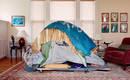 Неравенство – фото приютов для бездомных на фоне богатых гостиных