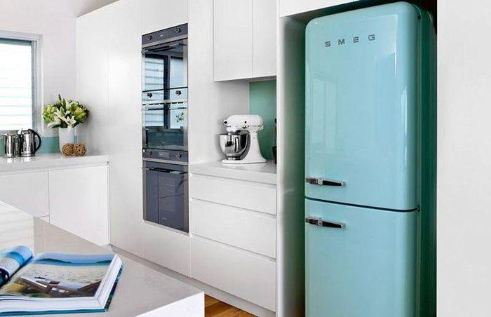 Стильно и не тесно: холодильник в нише и другие способы экономии места на маленькой кухне