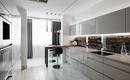 Дизайн кухни с угловым окном и балконной дверью