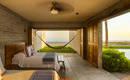 Бетон, дерево и высушенные пальмовые листья дома в Мексике.