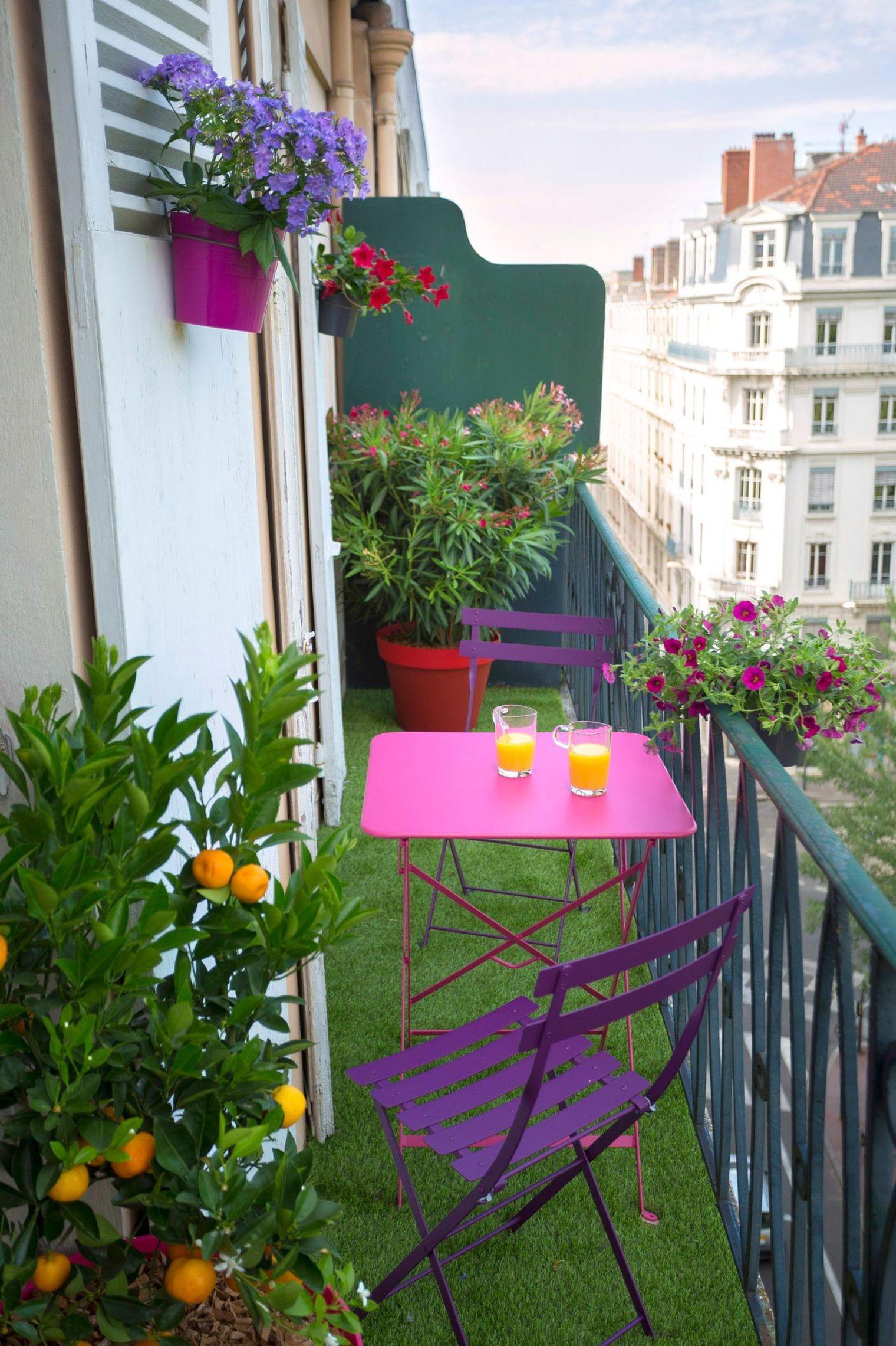 balcon-d-co-avec-table-et-chaise_5210015