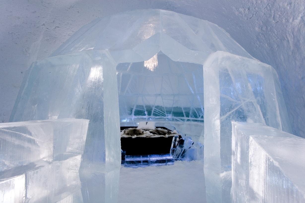 royal-bedroomin-ice-hotel