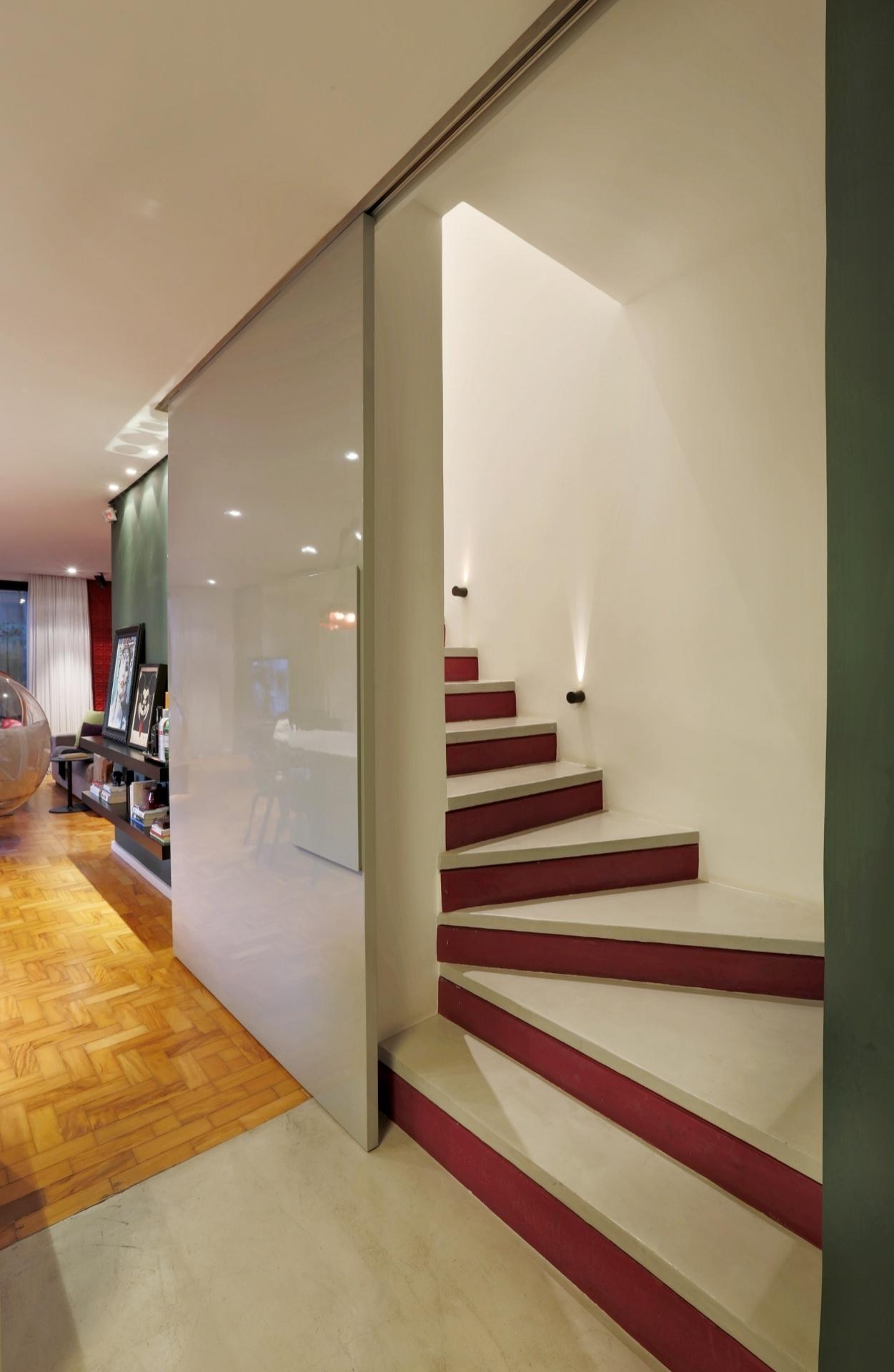 quando-aberta-a-porta-de-correr-que-isola-a-escada-de-acesso-ao-pavimento-superior-intimo-o-armario-para-tacas-e-loucas-de-apoio-ao-jantar-fica-escondido-as-escadas-como-