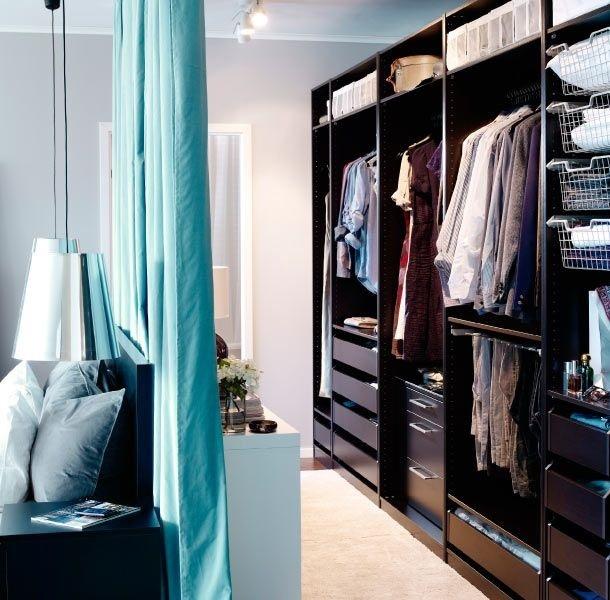 11-dressing-ascuns-in-spatele-unei-draperii-agatate-pe-tavan-in-spatele-tabliei-de-la-capul-patului_01
