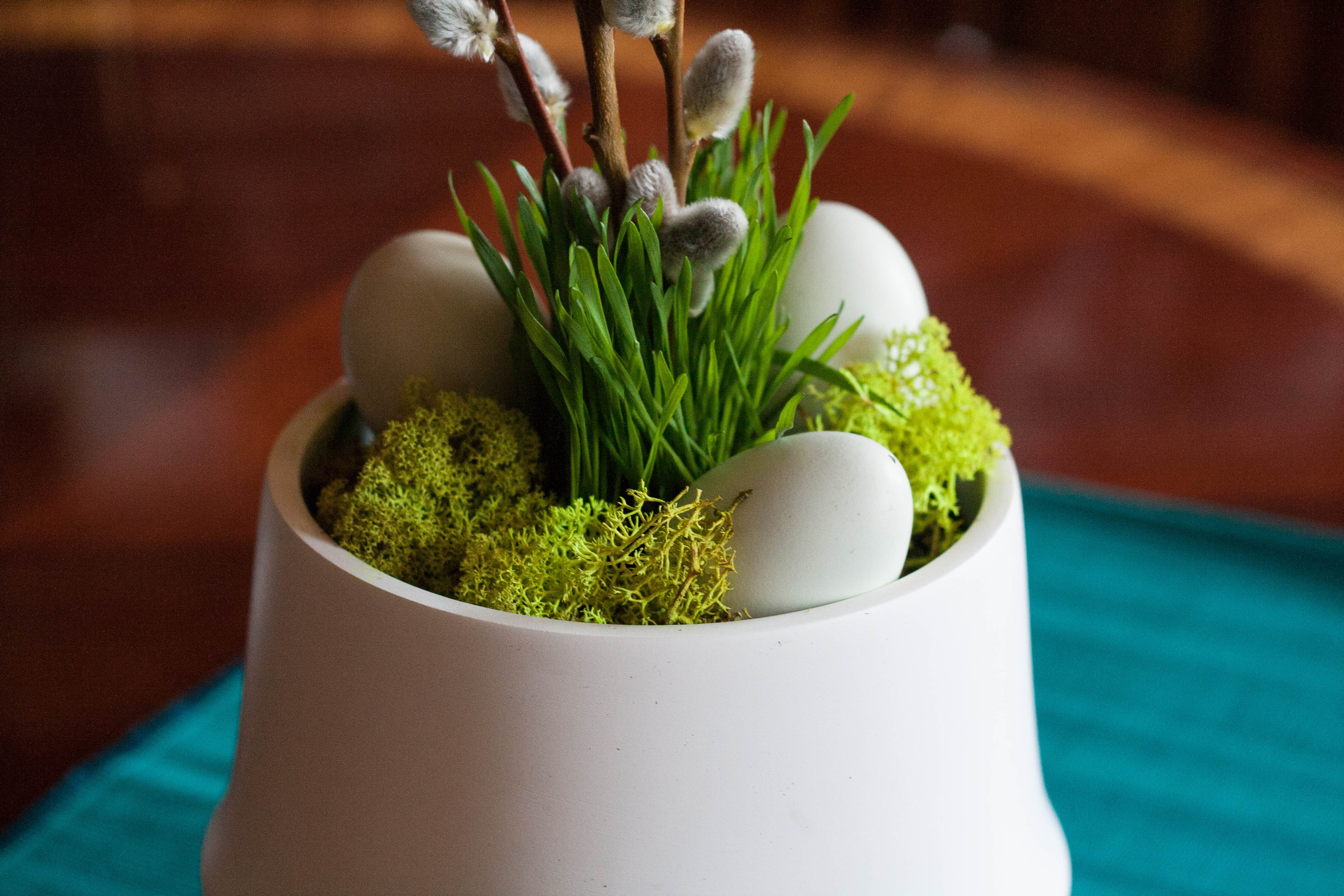 assembling-easter-decorations-large-planter-close-up_01